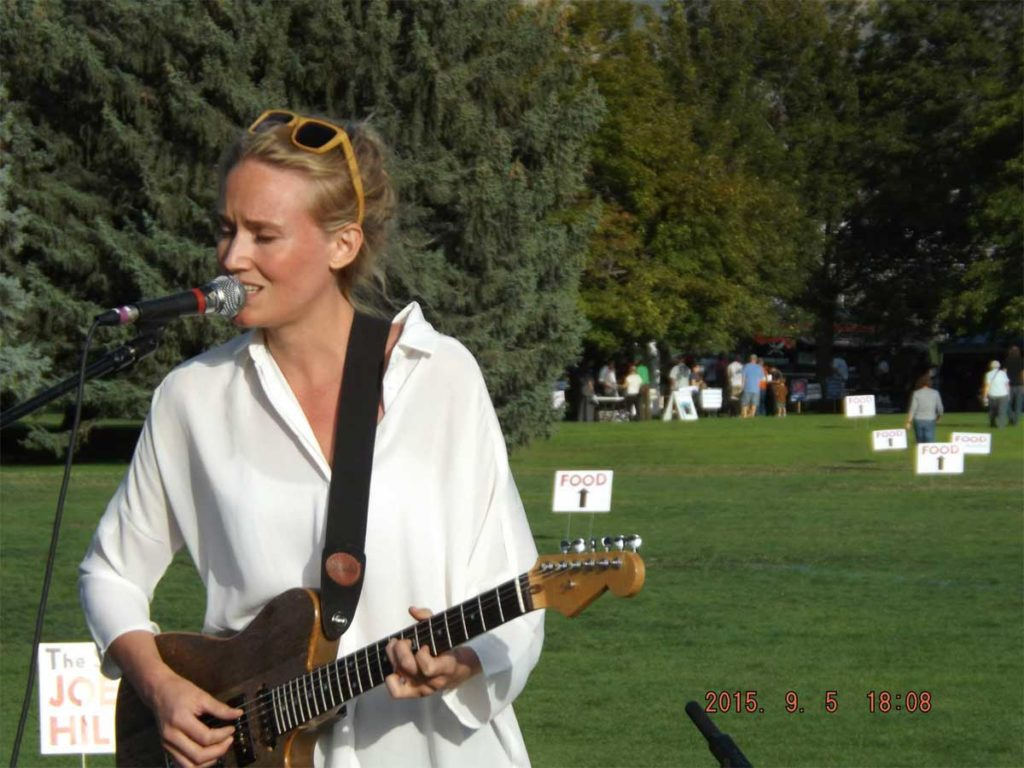 Lovisa Samuelsson playing handmade guitar